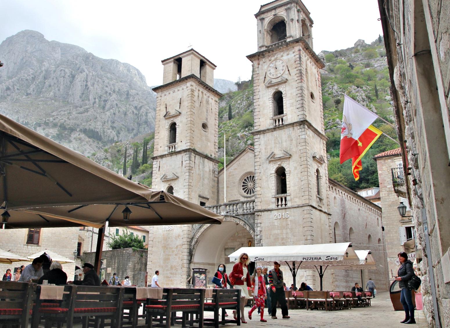 GAMLEBYEN: Innenfor mureen i Kotor er det mye å se i de trange gatene. Det har turistene for lengst oppdaget...