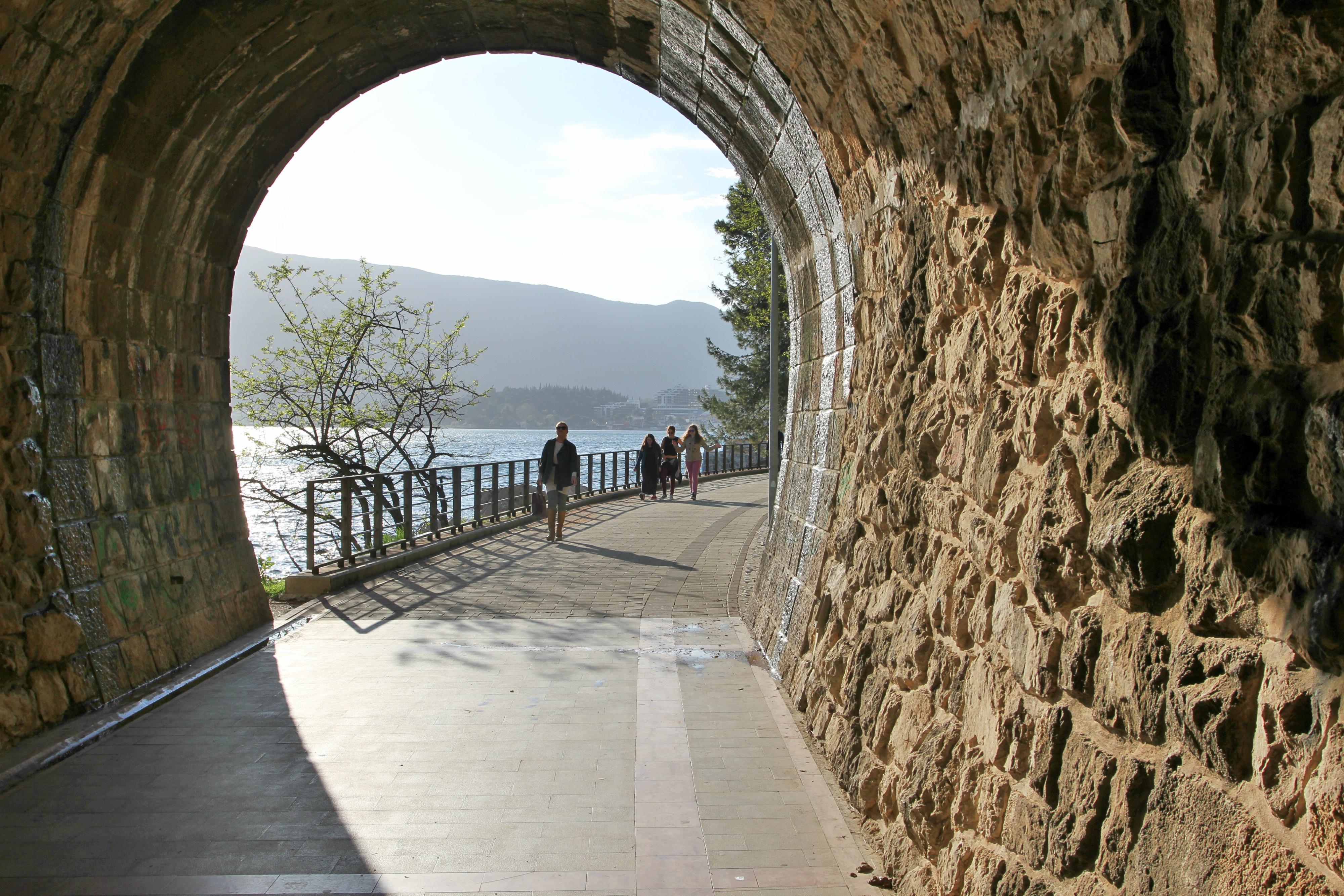 STRANDPROMENADE: Herceg Novi innbyr til gå- og sykkelturer langs vannet.