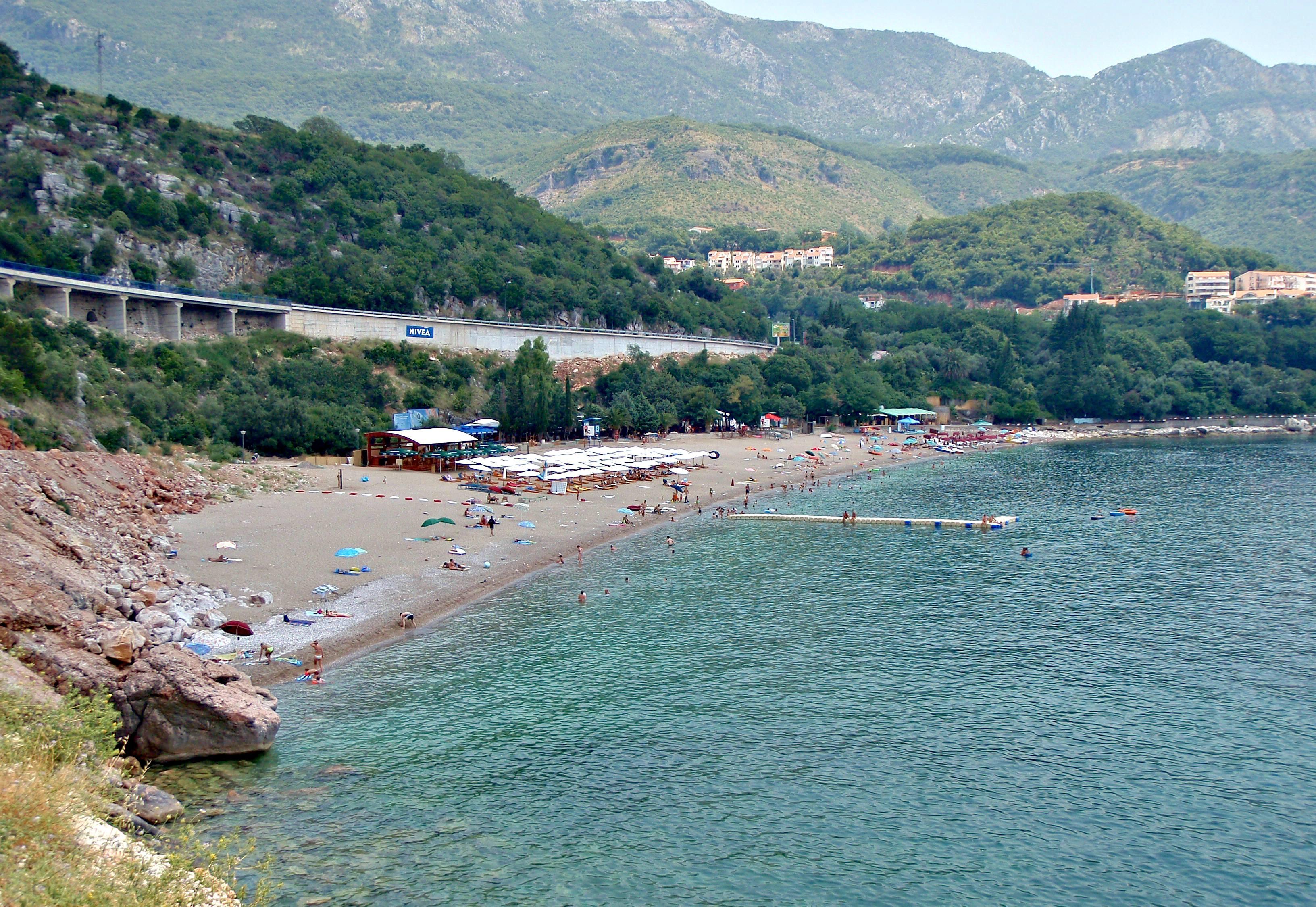 BADE: Kamenovo-stranden er en av flere populære samlingssteder og sommerne. Foto: Jeljena Kojicic.