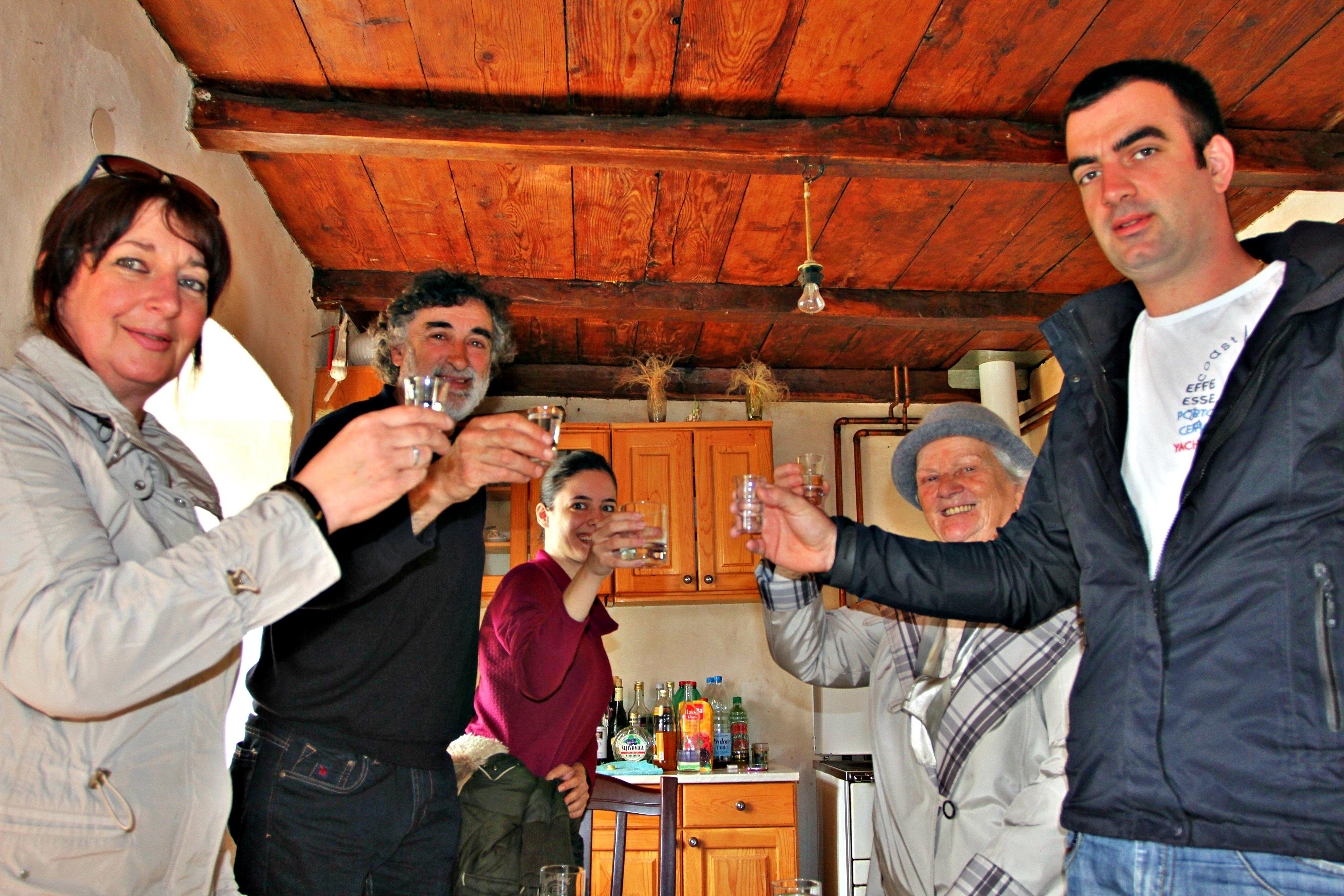 VELKOMMEN: En snaps hører til foran et hvert måltid eller velkomst i Balkan-landene. Her er vi på fjellgården