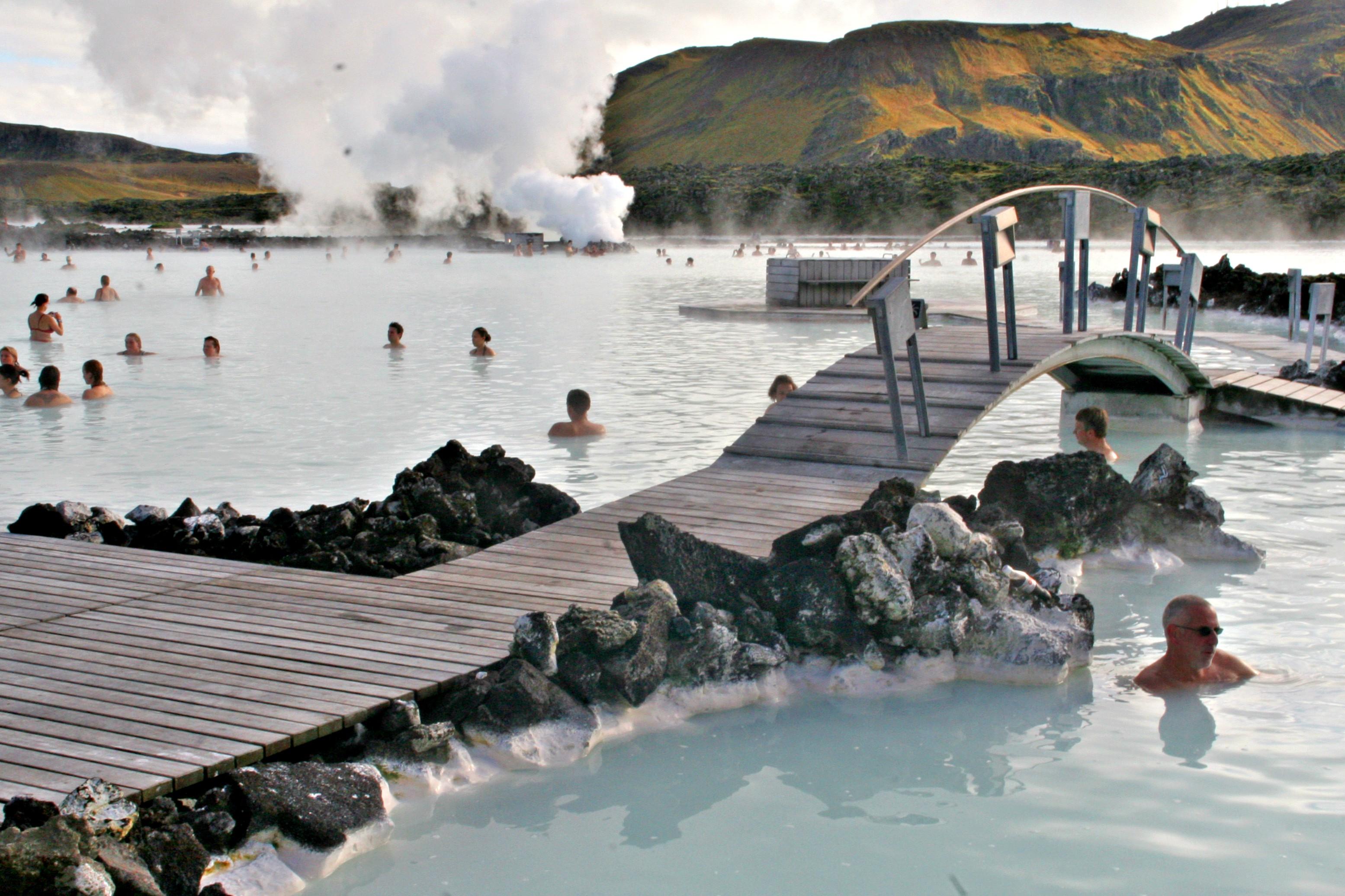INNSJØ: De blå lagune ligger midt ute i lava-ødemarken.