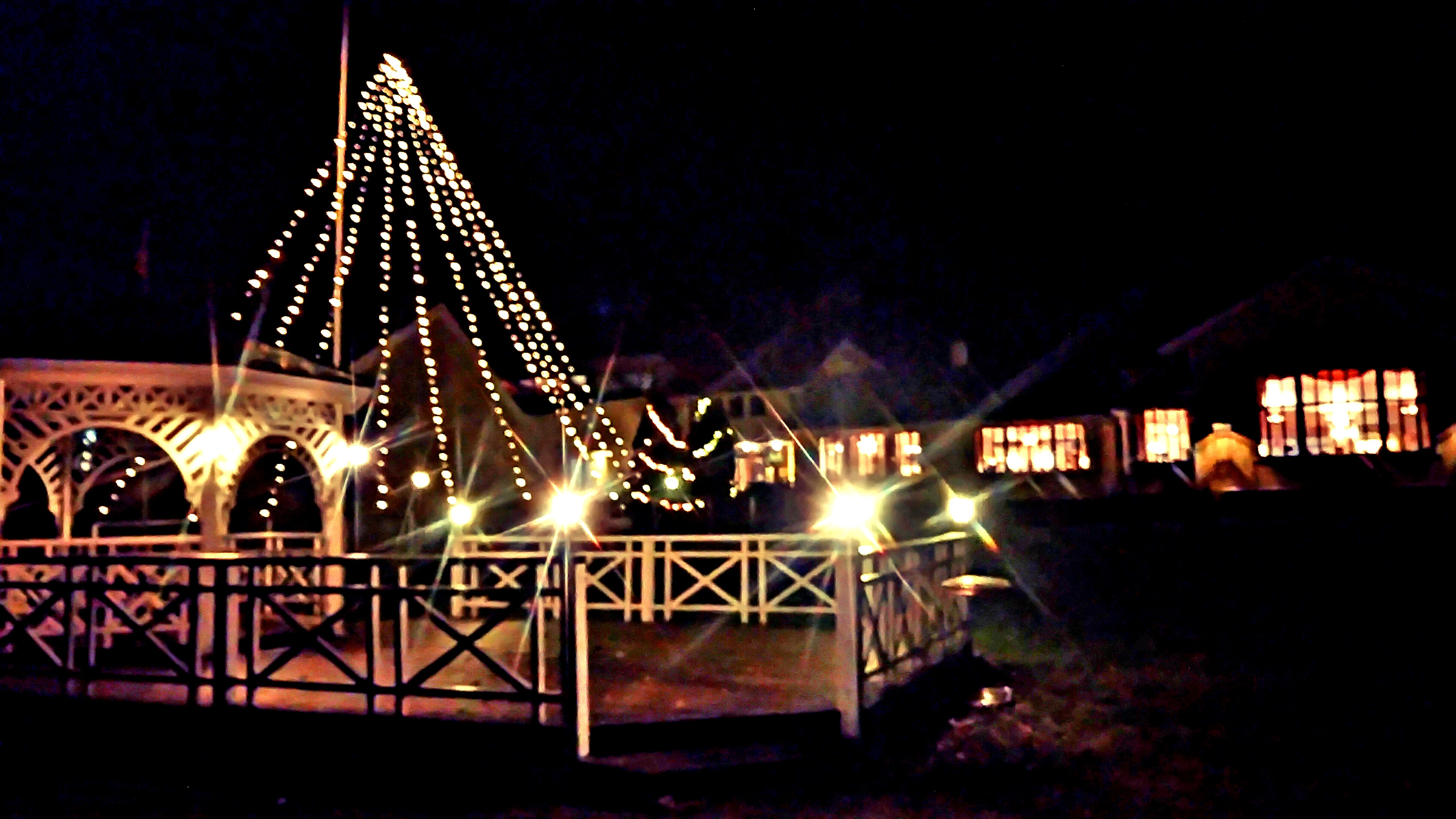 KVELD: Når mørket faller på i firetiden kommer det store juletreet til sin rett i hotellhagen.