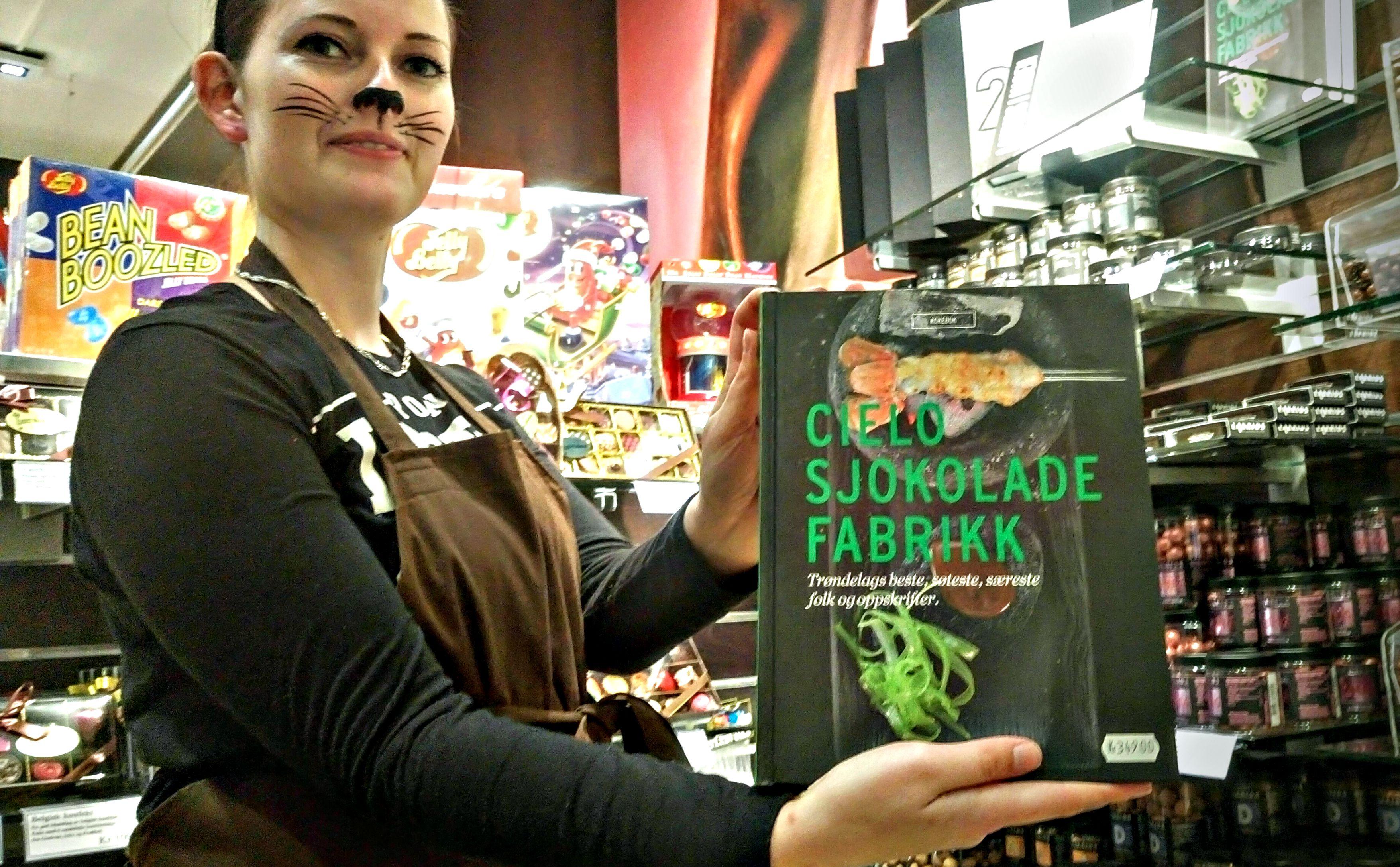 EGEN BOK: Trondheimsfirmaet Cielo består av tre nge gutter som gjør sjokolade til kunst og fantasifigurer. De har gitt ut egen bok, som kan kjøpes i Sjokoladebutikken.