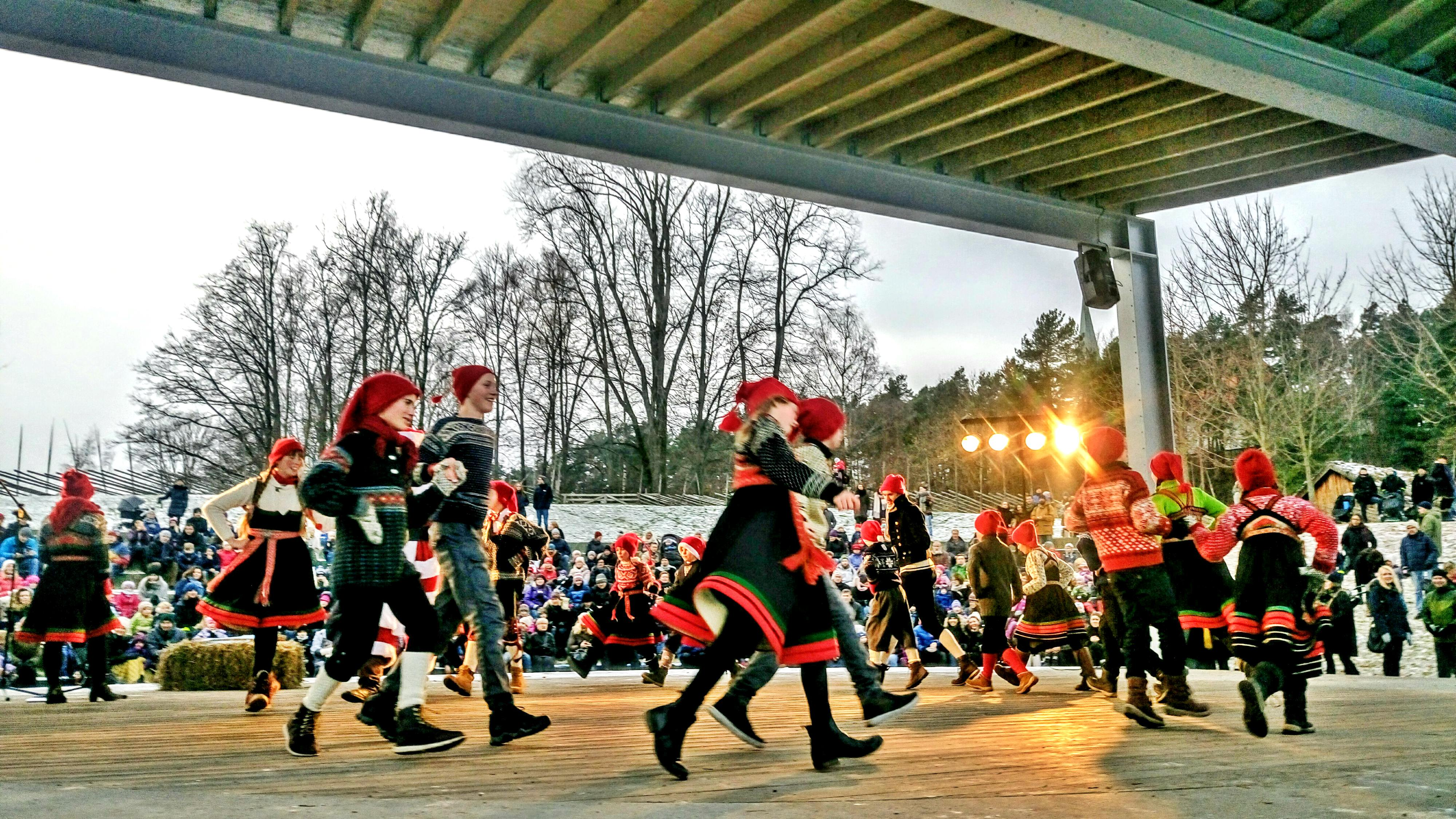 """Live """"nisse"""" dance at the Open air party piste."""