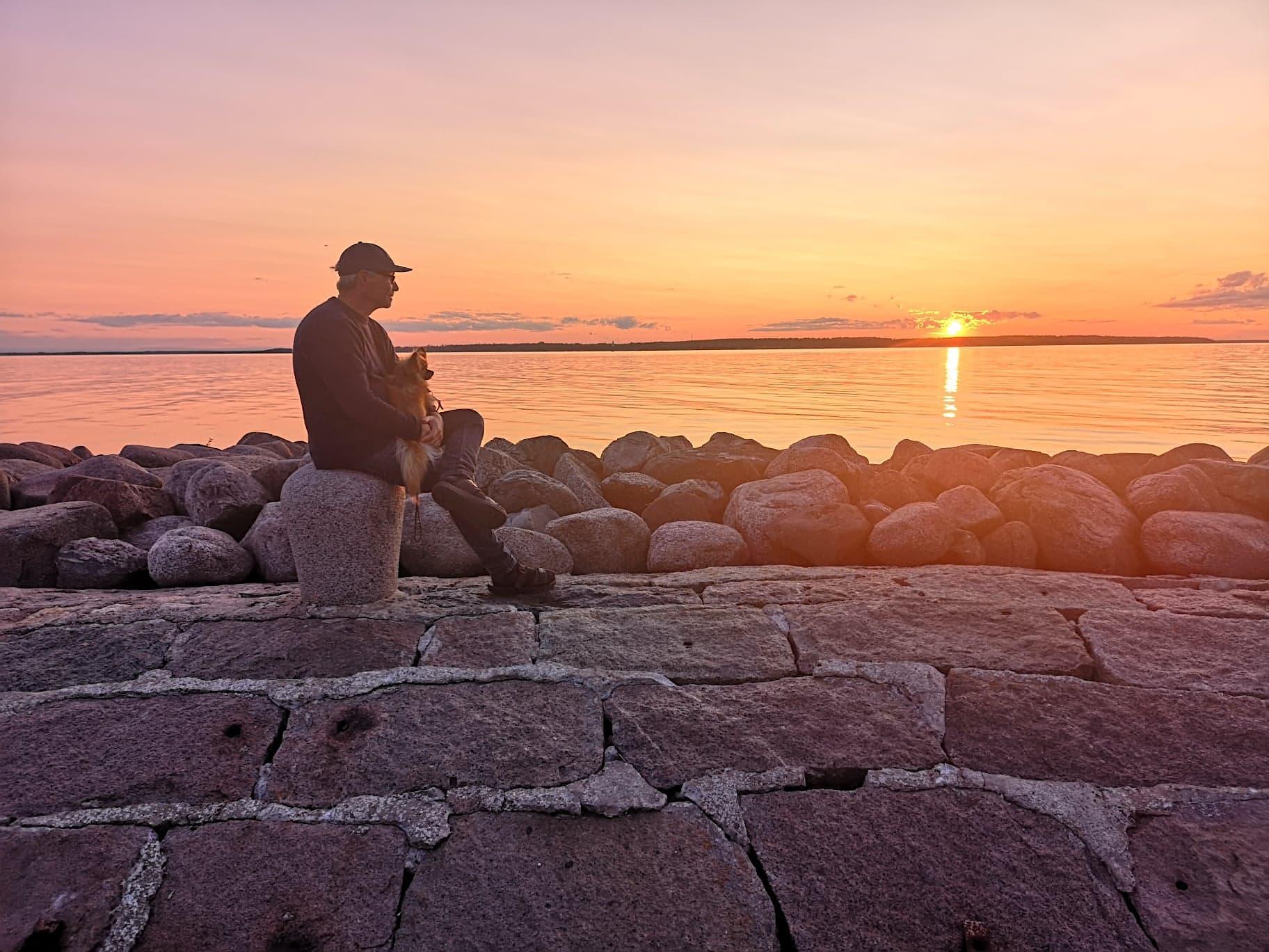 SOMMERKVELD: En seiler og hunden hans nyter solnedgangen etter å ha seilt fra Stockholm.